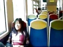Azijski milf masira njezin klitoris u vlaku.
